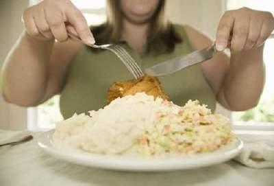 Диетологи рассказали, как распознать переедание
