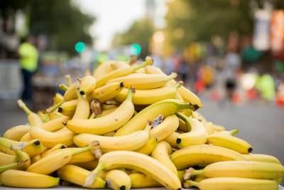 Медики рассказали, кому вредно есть бананы