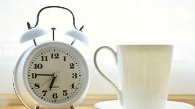 Медики объяснили, чем опасен постоянный перевод будильника